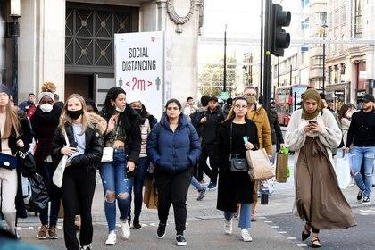 Varias jóvenes caminan por la zona de compras de Oxford Street, en Londres. EFE/EPA/FACUNDO ARRIZABALAGA/Archivo
