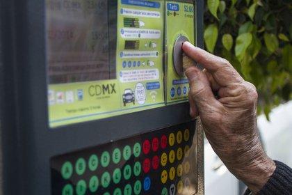 Hace dos días se orientó a la ciudadanía para utilizar los parquímetros. (Foto: Cuartoscuro)