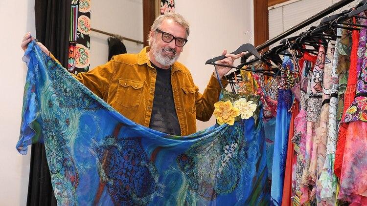 Las gasas, las sedas y las organzas son los géneros favoritos de Benito. En todas sus colecciones, los vestidos están confeccionados con dichas telas