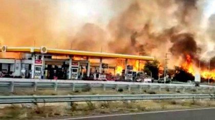 El fuego estuvo cerca de llegar a una estación de servicio de la autopista
