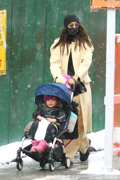 La bajas temperaturas de Nueva York no detuvo a Irina Shayk que salió a pasear con su hija de tres años Lea De Seine Shayk Cooper