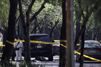 MEX3207. CIUDAD DE MÉXICO (MÉXICO), 26/06/2020.- Peritos forenses laboran en la zona del atentado por un grupo armado al secretario de seguridad ciudadana, Omar García Harfuch, la mañana de este viernes en Ciudad de México (México). Al menos dos policías han muerto en el atentado contra el jefe de Seguridad de la Ciudad de México, Omar García Harfuch, confirmaron a EFE este viernes fuentes de la Secretaría de Seguridad Ciudadana (SSC) de la capital. EFE/Sáshenka Gutiérrez