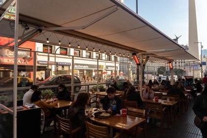 """""""El enemigo de sentarse afuera no es el frío, sino el viento"""", opina Daniel Prieto, Presidente de la Asociación de Hoteles, Restaurants, Confiterías y Cafés de la Ciudad. """"Cada honguito está entre los 50 mil a 100 mil pesos de acuerdo al modelo, más la garrafa"""""""
