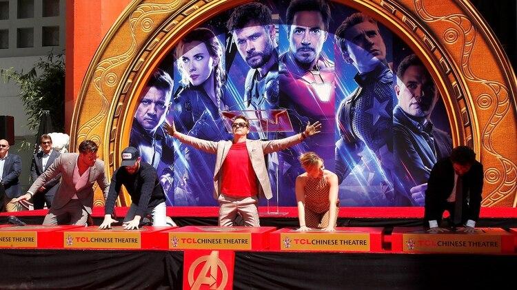 'Avengers: Endgame': el actor australiano Chris Hemsworth; y los actores estadounidenses Chris Evans, Robert Downey Jr., Scarlett Johansson y Mark Ruffalo posan durante una ceremonia en la que plasmaron las huellas de sus manos en el Teatro Chino de Hollywood este martes, en Los Ángeles (EE.UU.) EFE/Nina Prommer