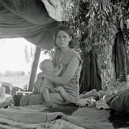 Refugiados llegados de Oklahoma acampando al margen de la carretera. Esperan poder trabajar en las plantaciones de algodón. La familia consiste de siete personas (Blythe, California 1936, agosto)