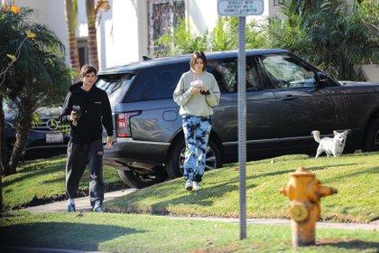 """Kaia Gerber y Jacob Elordi disfrutaron de un paseo por su vecindario en West Hollywood, California. Luego de comprar un café, el actor -reconocido por su papel en """"El Stand de los Besos""""- y la modelo visitaron a unos amigos. Además, fueron acompañados por su mascota"""
