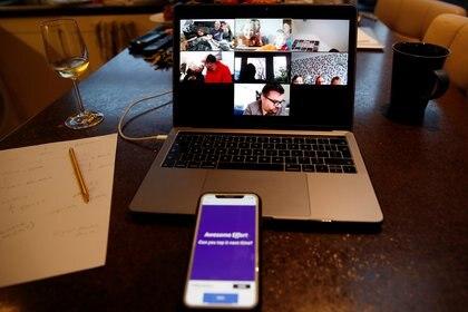 Una familia participa en un juego online utilizando las aplicaciones Zoom y Kahoot, mientras continúa la propagación de la enfermedad coronavirus en Manchester, Reino Unido, el 1 de abril de 2020 (REUTERS/Phil Noble)