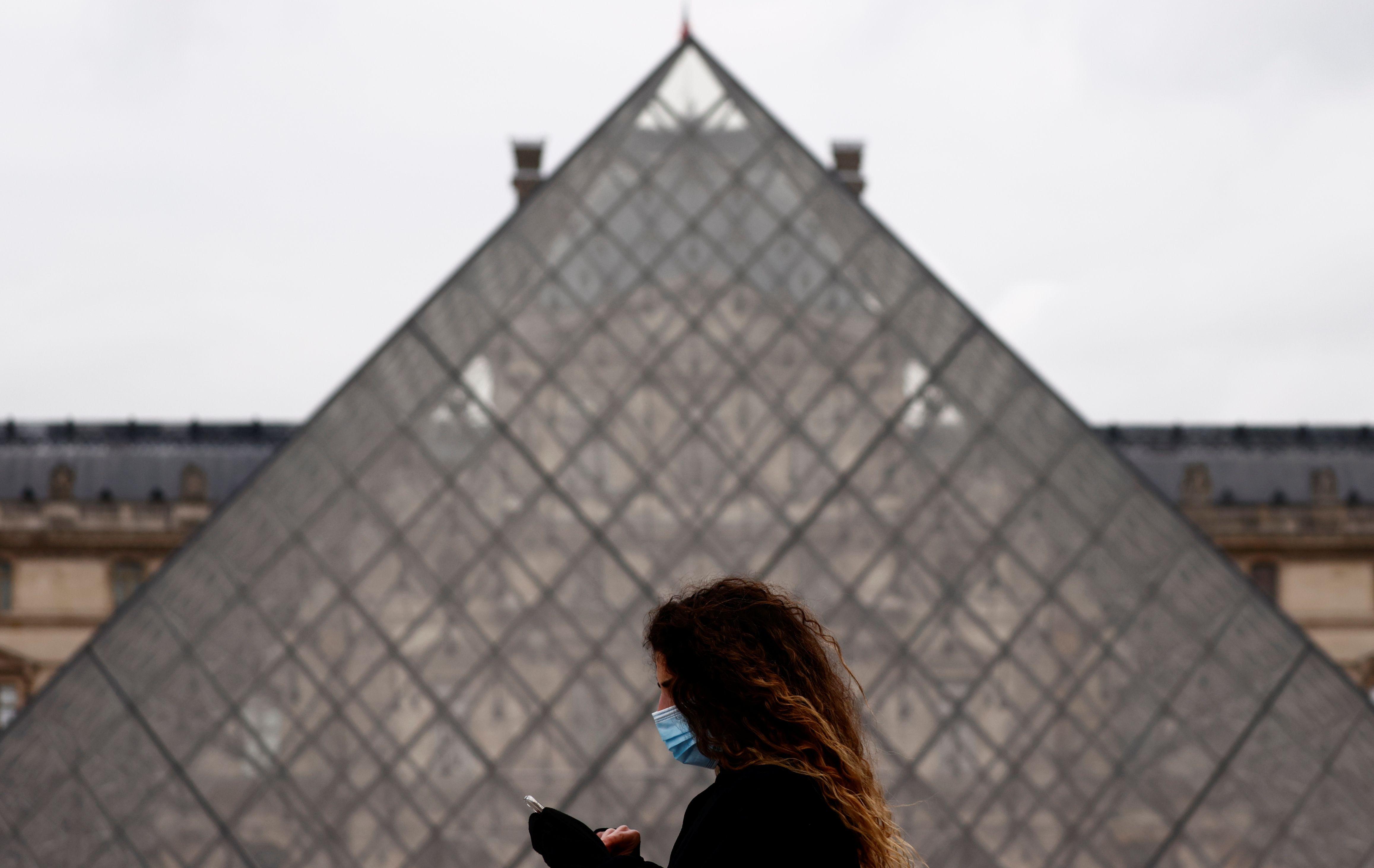 El Louvre hoy mantiene sus puertas cerradas de acuerdo con las medidas tomadas por el gobierno francés para prevenir la propagación del virus. REUTERS/Christian Hartmann