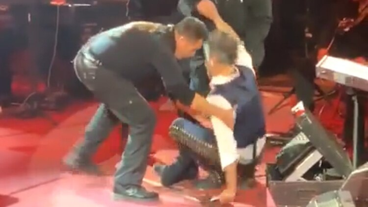 Alejandro Fernández terminó en el suelo durante concierto - Infobae