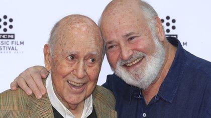 Carl Reiner con su hijo Rob, también productor de cine. Fue él quien anunció la muerte del prolífico comediante (EFE)