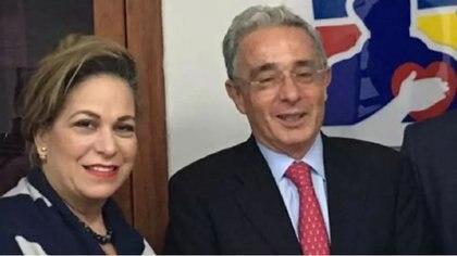 """María Claudia """"Cayita"""" Daza, con el senador y expresidente Álvaro Uribe Vélez, de quien fue asesora por muchos años hasta su renuncia por el escándalo de la """"Ñeñe política""""."""