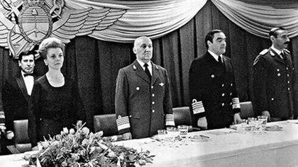 Isabel Perón junto a la cúpula militar: el brigadier general Héctor Fautario (que resistió el plan del golpe y se retiró en diciembre del '75 tras un levantamiento interno), Eduardo Massera y Jorge Rafael Videla