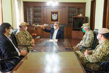 El gobernador Raúl Jalil en una reunión del Comité Operativo de Emergencia contra el Coronavirus y el Dengue