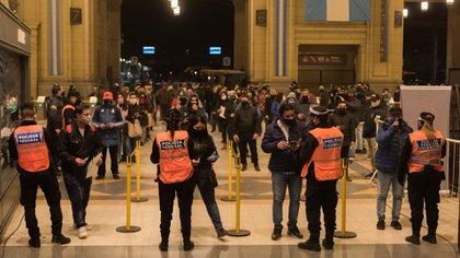 Desde hoy, reforzaron los controles en el AMBA: solo trabajadores esenciales pueden viajar en transporte público (foto: Adrián Escandar)