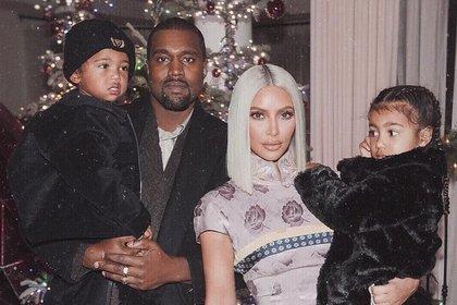 Kim Kardashian junto a su esposo Kanye West y sus dos hijos mayores, North y Saint