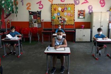 Niños de la escuela Thomaz Rodrigues Alckmin, en Sao Paulo, Brasil October 7, 2020. REUTERS/Amanda Perobelli
