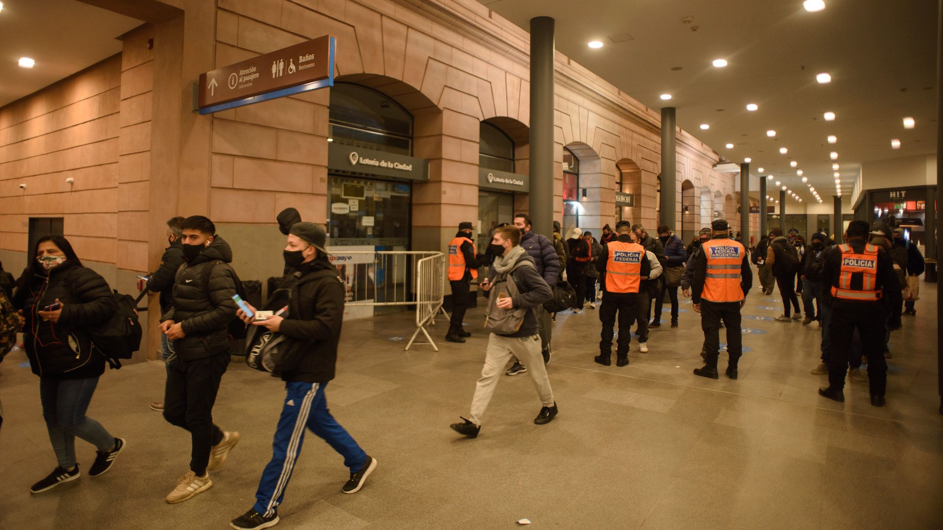 Controles a pasajeros en la estación constitución COVID-19