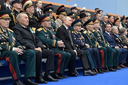 Vladimir Putin junto a militares en el desfile del Día de la Victoria el 9 de mayo de 2019 en Moscú (Reuters)