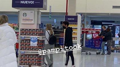 La imagen de Laurita y Cabré en un supermercado (Foto: Twitter)