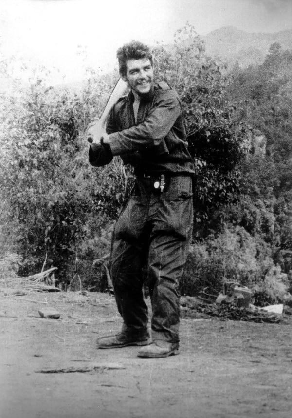 """(AFP ) En 1958, Ernesto """"Che"""" Guevara toma lecciones de bateo enSierra Maestra, un año antes de que triunfara la Revolución Cubana."""