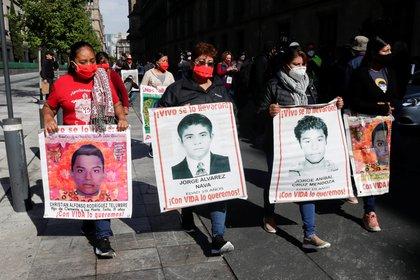 Familiares de jóvenes desaparecidos de Ayotzinapa culminan encuentro con AMLO