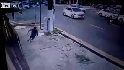 El criminal huyó corriendo