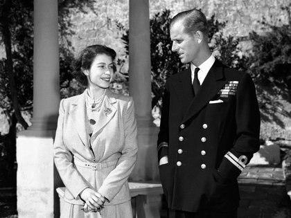 La princesa Isabel de Inglaterra con su marido Felipe en Villa Guardamangia, Malta, 23 de noviembre de 1949 (AP)