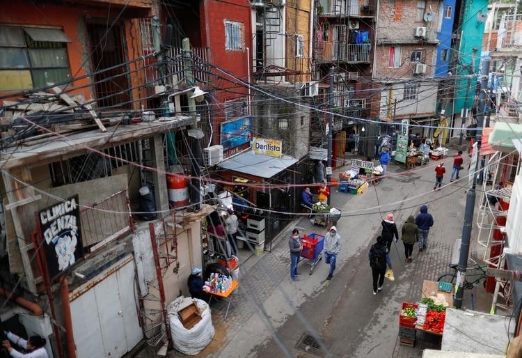 Como en el resto de la ciudad de Buenos Aires, la actividad es menor en las principales calles de la Villa 31 (Foto: Reuters)