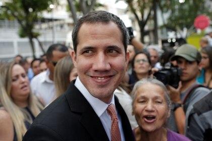 Juan Guaido, este miércoles, antes de la sesión de la Asamblea Nacional en una plaza de Caracas (REUTERS/Manaure Quintero)