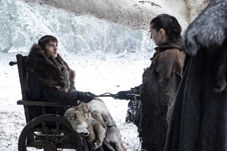 Bran (Isaac Hempstead Wright) le cede el arma a Arya (Maisie Williams) en la séptima temporada. (Helen Sloan/HBO)