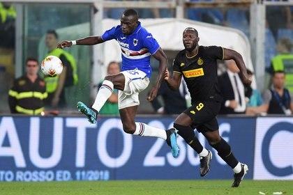 Oriundo de Gambia, el futbolista juega en Italia desde 2018 y dio positivo el control por el virus, al igual que varios de sus compañeros y el mismo médico del equipo. Foto: REUTERS/Daniele Mascolo