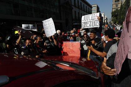 SImpatizantes y detractores se congregaron en las afueras de la Suprema Corte mexicana en la previa de la discusión sobre la consulta popular (Foto: José Méndez/ EFE)
