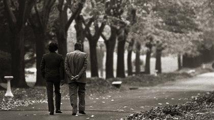 La icónica imagen de Carlos Menem y Raul Alfonsín cuando sellaron el Pacto de Olivos. Foto: Victor Bugge.