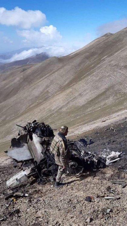 Una foto muestra lo que se dice son los restos de un avión de guerra SU-25 de las fuerzas aéreas armenias derribado durante los combates en la región separatista de Nagorno-Karabaj, en esta imagen publicada el 30 de septiembre de 2020. (REUTERS)
