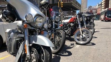 Motos de toda clase, todas Harley, decoraron la fachada del Gran Hotel Provincial