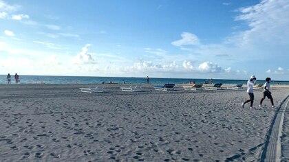 Varios de los visitantes a las playas lo hicieron para hacer ejercicios. Otros pocos se animaron a bañarse en sus aguas (Soledad Cedro / Infobae)