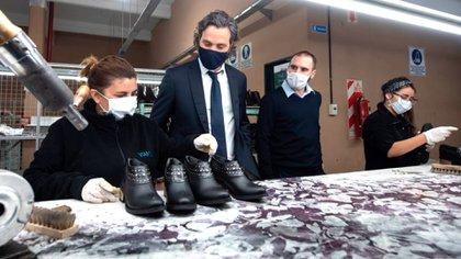 Santiago Cafiero y Martín Guzmán en la fábrica de zapatos Viamo