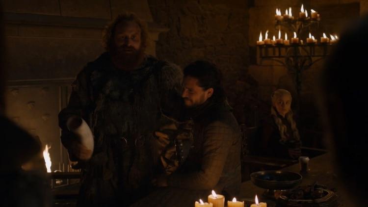 Los seguidores no dejaron pasar el vaso de Starbucks que aparece sobre la mesa en esta escena, a la derecha de Daenerys (Foto: HBO)