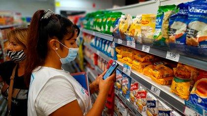 Militante del Movimiento Evita controla precios en un supermercado (Twitter: Movimiento Evita)
