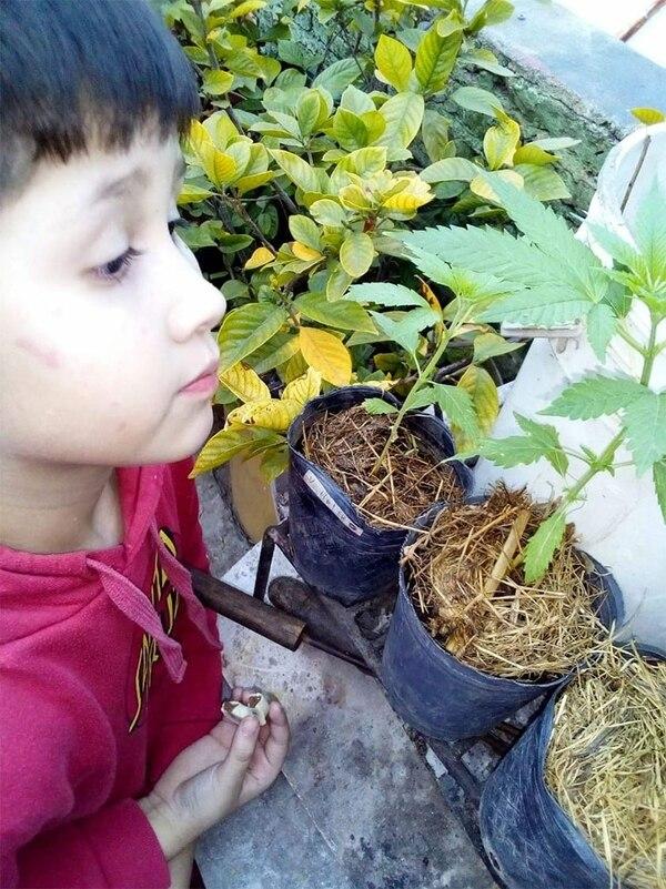 Juan Cruz Osuna, junto a la planta que lo ayuda a vivir mejor