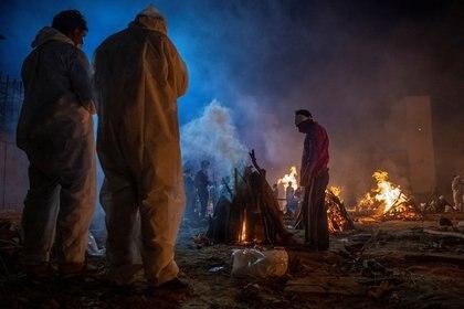 Uno de los crematorios comunitarios improvisados en Nueva Delhi a raíz de la enorme cantidad de fallecidos por covid-19 (REUTERS/Danish Siddiqui)