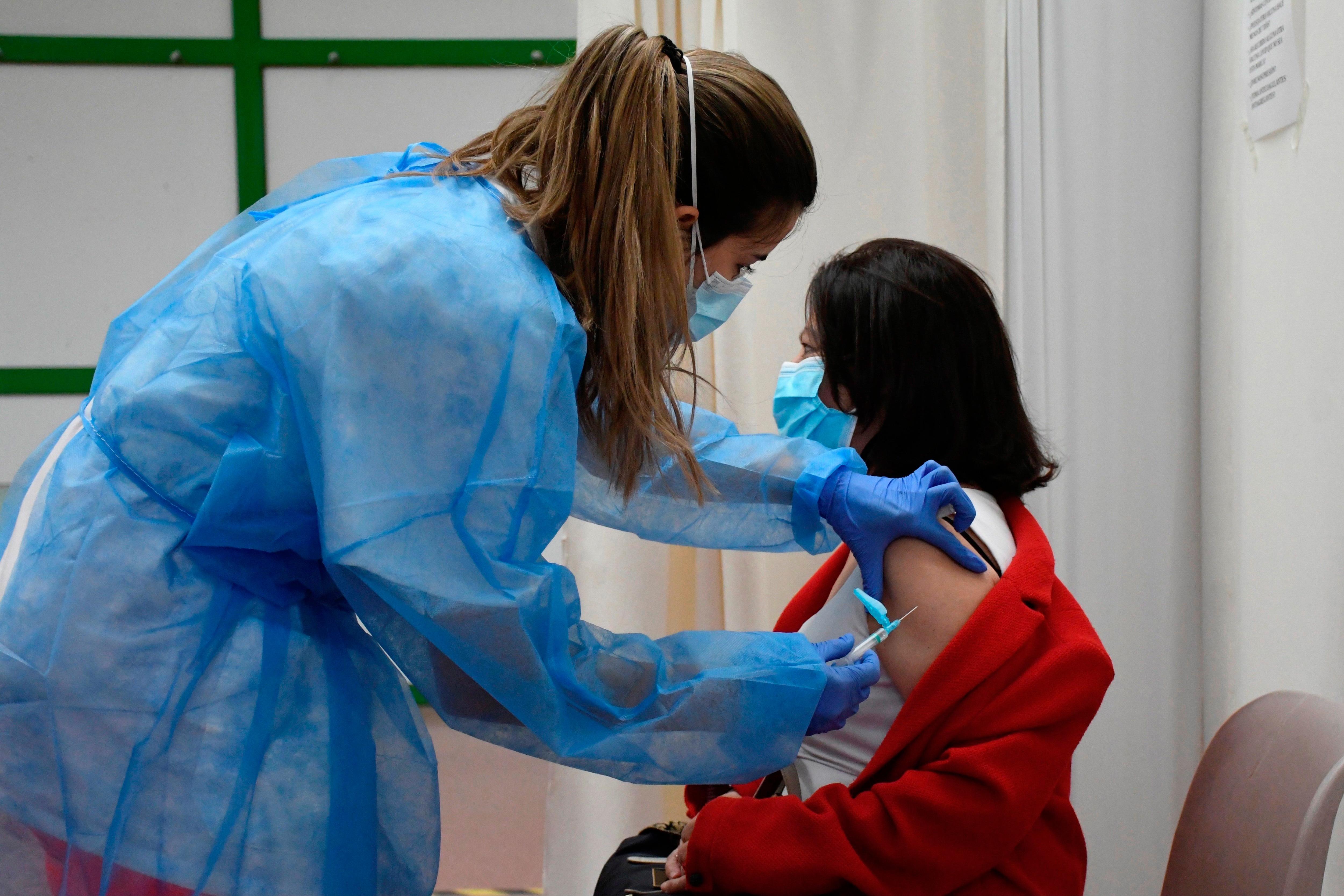 Las autoridades sanitarias danesas suspendieron de forma definitiva la vacuna de AstraZeneca contra la covid tras haber interrumpido su uso durante cinco semanas tras los los casos inusuales de trombosis en varios países europeos. EFE/ Pablo Martín/Archivo
