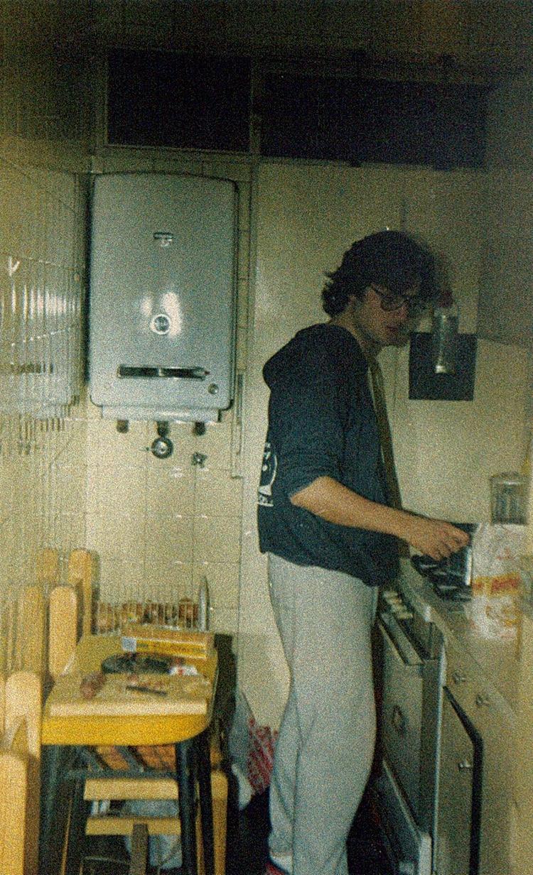 Creció en Concordia, Entre Ríos, pero apenas pudo se mudó a Buenos Aires. La crisis de la adolescencia lo despertó.
