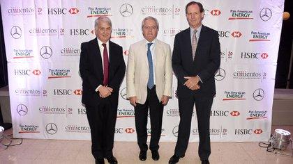 El vicepresidente de Cimientos, Eduardo Franck, junto al presidente provisional del Senado, Federico Pinedo, y al presidente de Cimientos, Miguel Blaquier