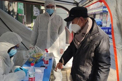 Los países no se preparan para defender las enfermedades infecciosas del mismo modo que hacen con otras amenazas a la seguridad nacional, advirtieron dos expertos. (China Daily via REUTERS)