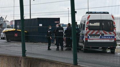 Oficiales de policía en el puerto de Dunkerque, en el norte de Francia, el 27 de octubre de 2020 después de que una pequeña embarcación se hundiera con unos 20 migrantes a bordo (Foto de Denis CHARLET / AFP)