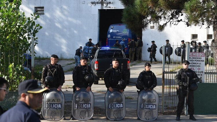 Cordón: personal de Infanteria custodia la entrada del Juzgado. (Diego Medina)