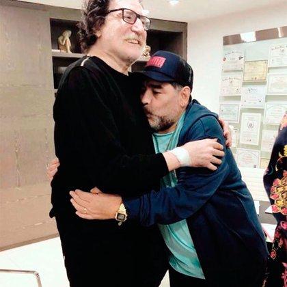 El abrazo eterno entre Charly García y Diego Maradona