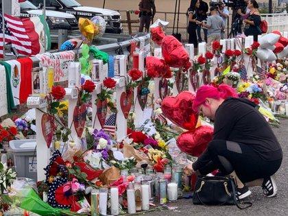 Habitantes de El Paso, Texas, colocaron un altar con flores y peluches en el sitio dónde ocurrió el tiroteo masivo(Foto:URIEL POSADA /CUARTOSCURO.COM)