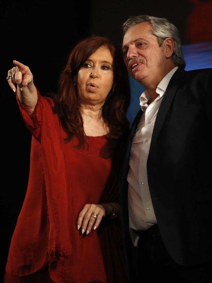 Cristina Kirchner y Alberto Fernández festejando el triunfo el domingo (AP Photo/Natacha Pisarenko)